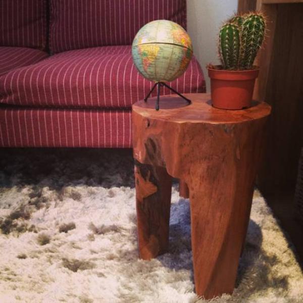 La mesa pesa mucho y es muy práctica. Una adición perfecta para mi habitación pequena y el sofá escandinavo.