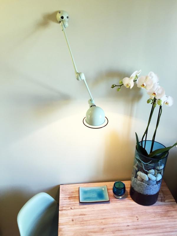 Muy contento con la Lámpara de pared aguamarina Jieldé. En perfecta armonía en el ambiente funky!