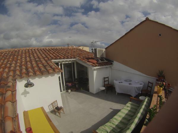 La lámpara de cuello de cisne en mi nueva, pequeña terraza! alumina nuestros aperitivos;-)