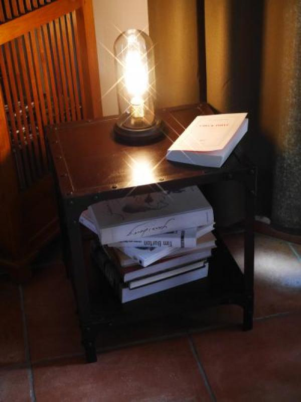 una pequeña mesa para poner tus libros con amor