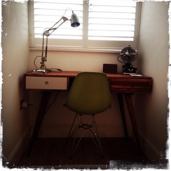 Me encanta mi escritorio de Estocolmo y mi lámpara de escritorio 1957! Maravillosamente retro