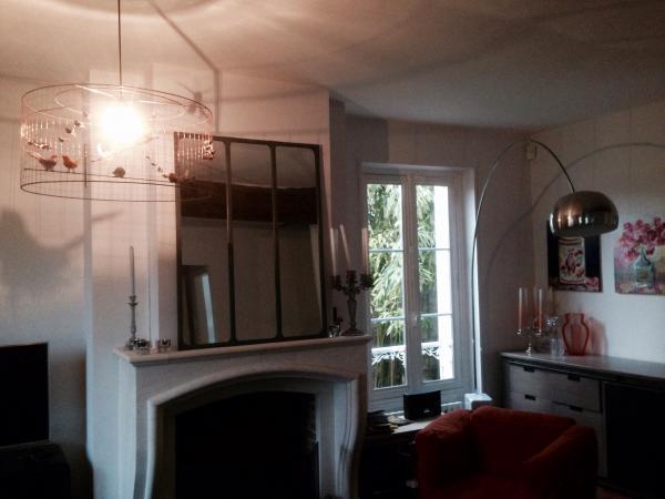 Una pared de vidrio en nuestra habitaci�n para un ambiente neo industrial y c�lido, este espejo magnifico!