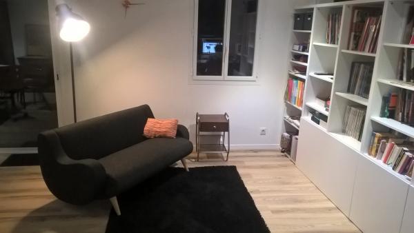 Una nueva librería que se ajusta suavemente al sofá Geneva y mesa auxiliar Virgile para un entorno de lectura agradable.