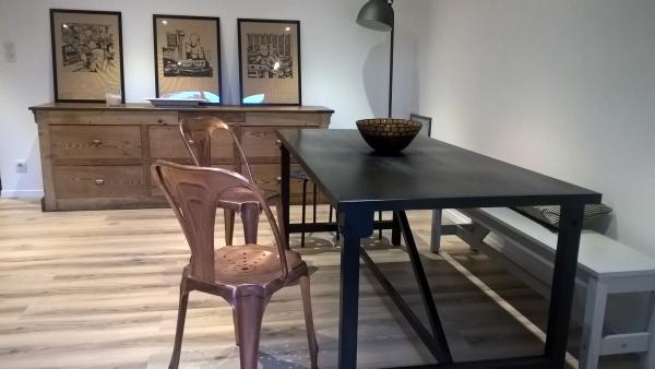 Comedor Kerizel y múltiples sillas de cobre: una combinación agradable