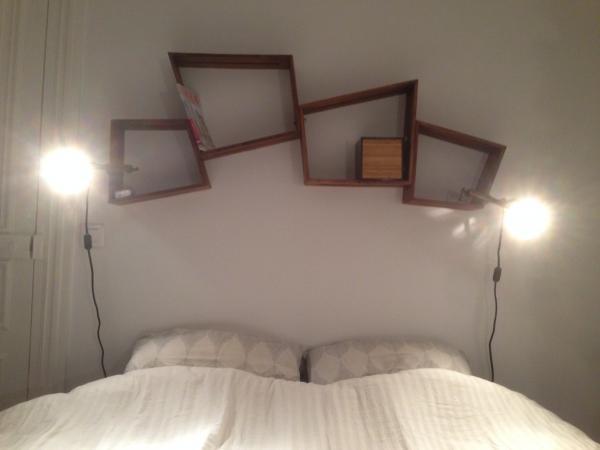 Dos estantes Stockholm encima de nuestra cama, se ven elegantes y son muy útiles! Me habría gustado añadir otros pero no hay espacio