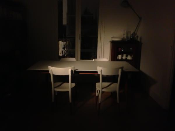 Somos fans de nuestra mesa Fjord! En la foto, se ilumina por un viejo proyector de cine. Detrás, la lámpara Jielde Loft