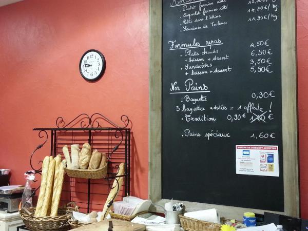 Mesa pizarra formato cervecería 115x190cm en la pared de ladrillo rojo que acoge a los huéspedes a nuestra panadería :-)