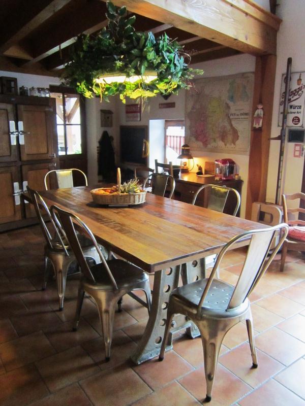 Muy contenta con mi compra. Me gusta el aspecto sólido e industrial de esta mesa. La combinación de acero y teca es muy exitosa.Encajará perfectamente con el estilo de mi casa ... de granja rural diseñada con piedra Volvic!