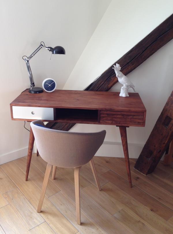PIB, tu escritorio bonito ha encontrado su lugar muy fácilmente en nuestra casa. Con su acabado simple y elegante, puede encajar en cualquier esquina pequeña y trae un toque industrial vintage. ¡Gracias por tu seleccionar estos productos!