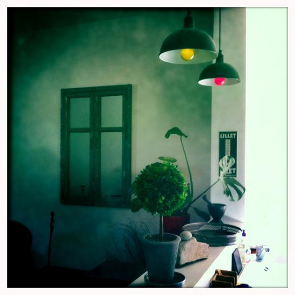 PIB ambiente en casa: Sweet espejo de ventana, lámpara de techo taller, pequena madera de boj.