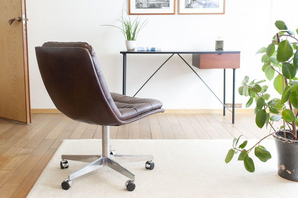 El asiento es suave, pero permanece firme, optimizado para las posiciones de trabajo