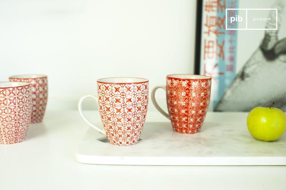 Hermosas tazas con elementos decorativos románticos