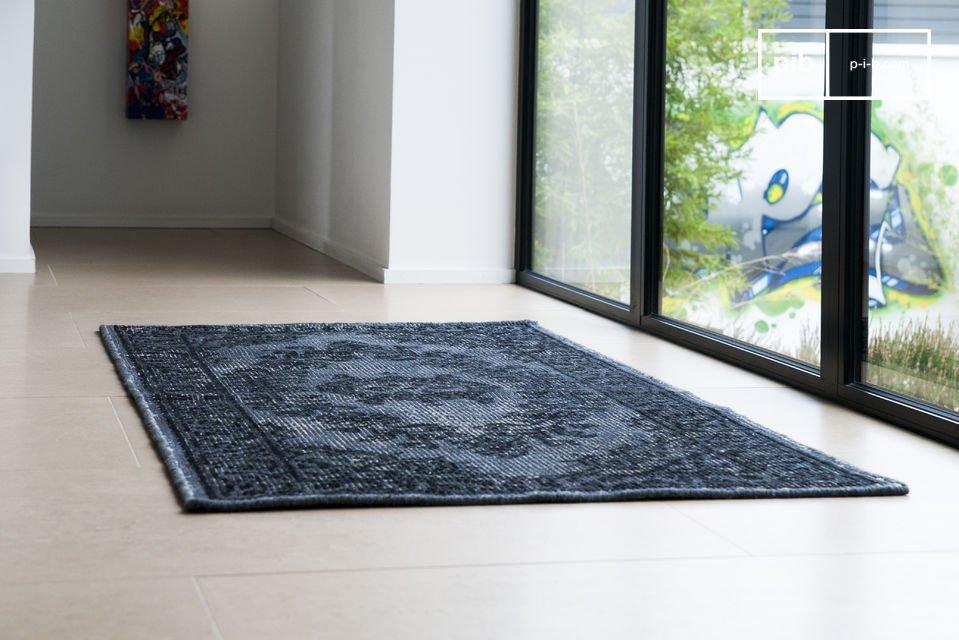 Esta alfombra, hecha de lana, lleva consigo un aspecto usado