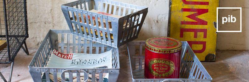 Antigua colección de cajas y cestas metalicas industriales