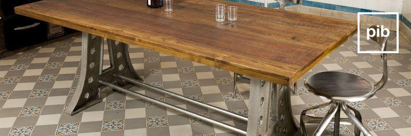 Antigua colección de mesas de comedor industriales