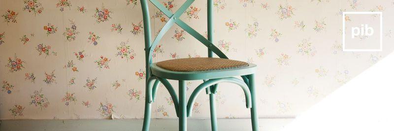 Antigua colección de sillas de madera shabby chic