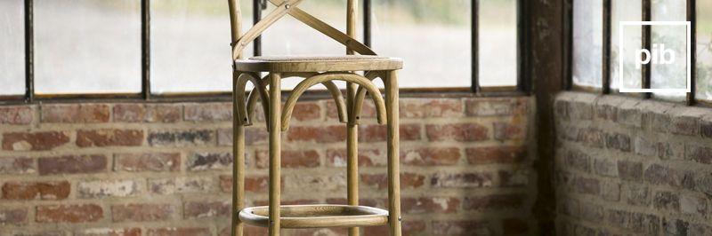 Antigua colección de taburetes altos de madera shabby chic