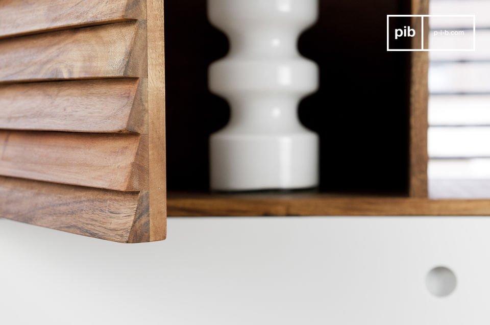Está hecho enteramente de madera acacia, lo que la hace bastante robusto