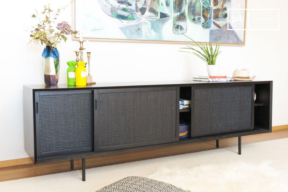 La textura natural que recubre las puertas de este mueble bajo le da un toque de elegancia y