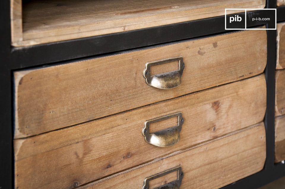El aparador Van Ness posee líneas típicas de muebles de taller de la mitad del siglo 20