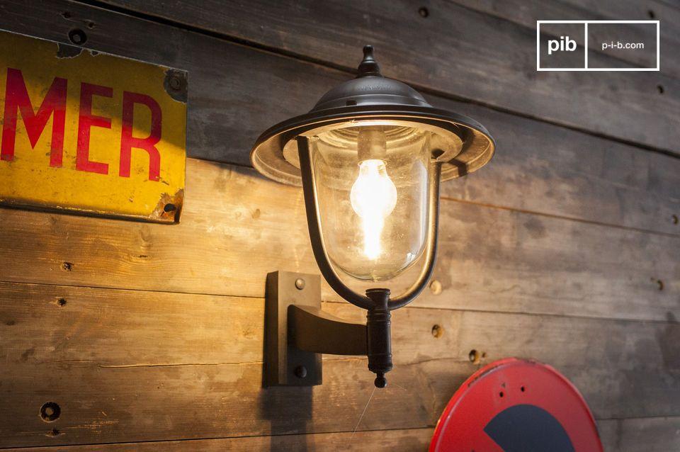 Una robusta e intemporal lámpara de pared de metal para exteriores