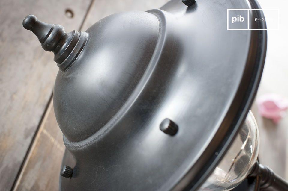 Protegida por una campana de vidrio grueso, una bombilla E27 difunde una iluminación generosa