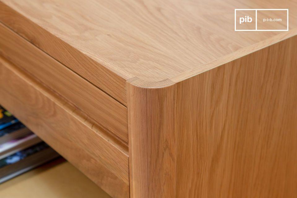 Con dos grandes puertas de caña natural en el lado izquierdo que combinan con la madera clara de