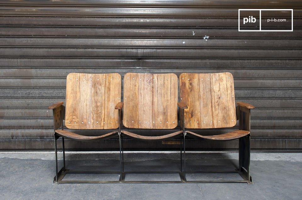 Pequeña fila de asientos de teatro hechos de metal y de madera
