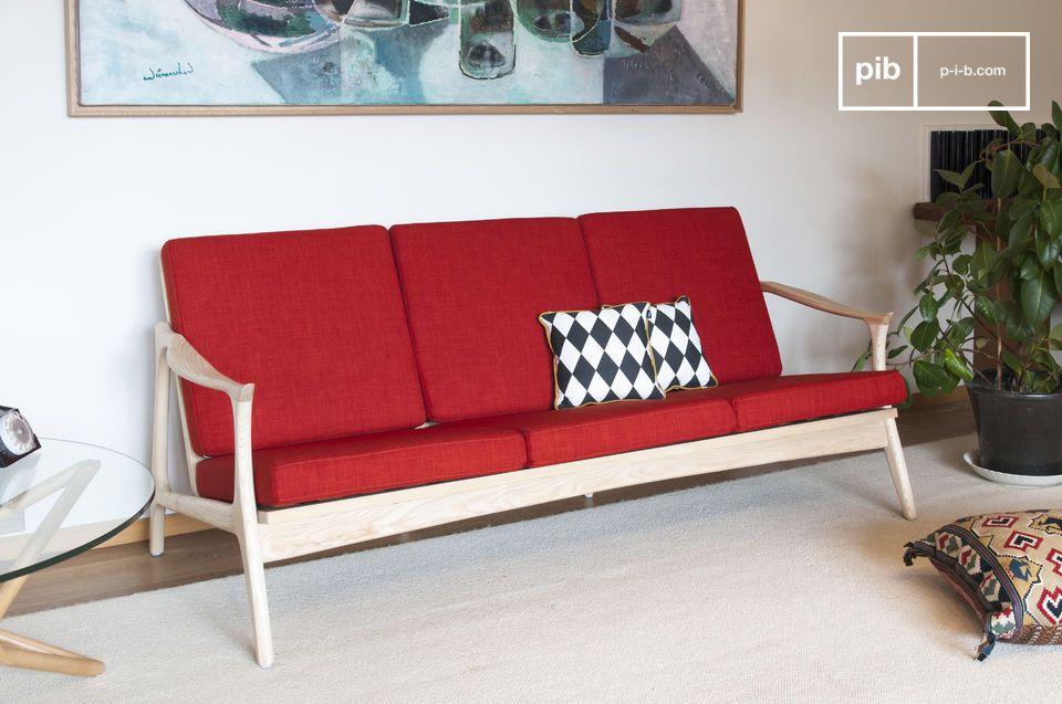 La colorida elegancia de un gran banco de madera y tela escandinavo