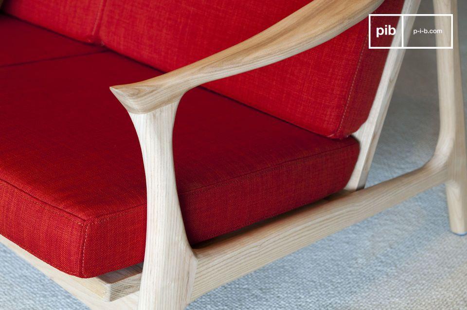 En un color que contrasta elegantemente con la madera clara