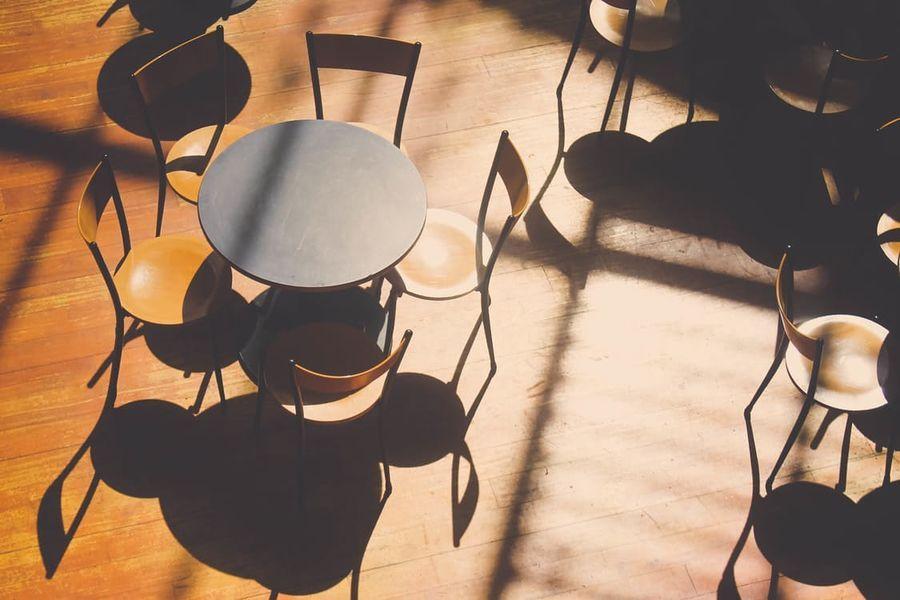 Cafeteria con sillas vintage
