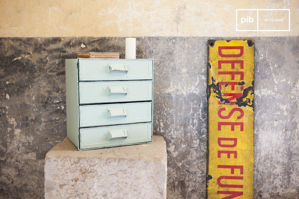 Una pequeña caja de almacenamiento con todo el estilo retro