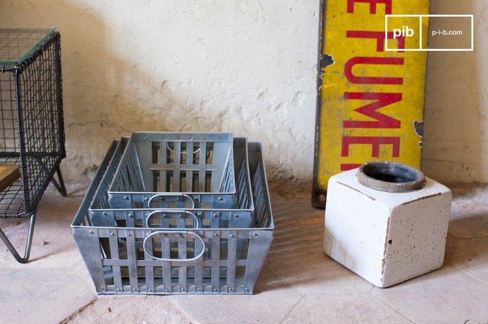 Estas tres cestas están hechas totalmente de metal y tienen un acabado trenzado