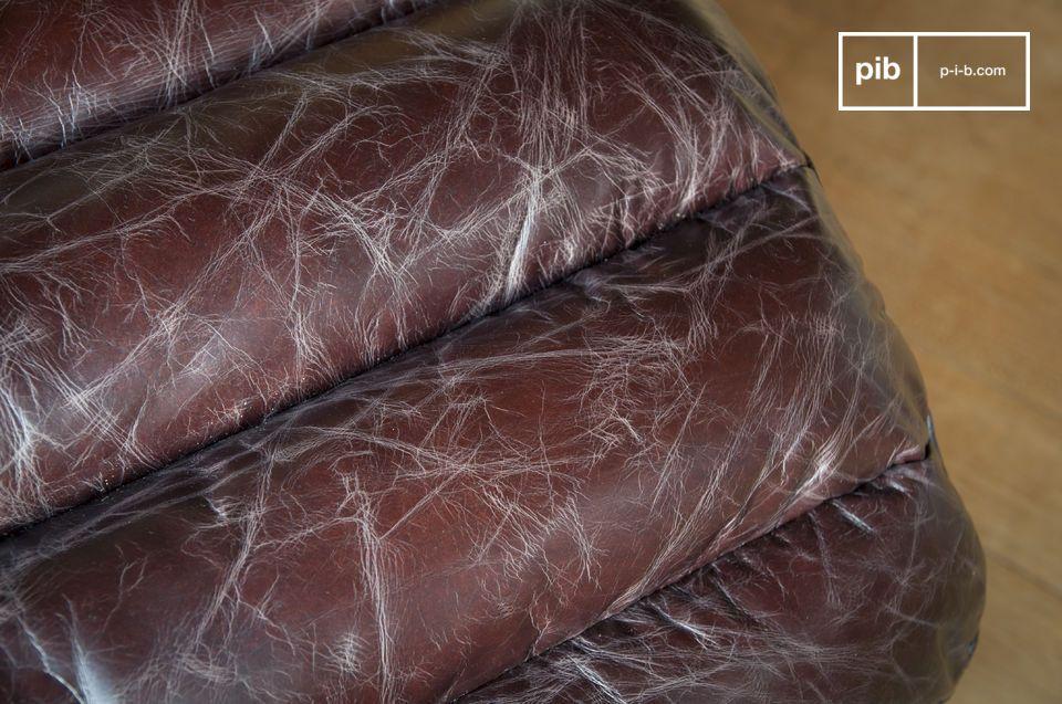 El colchón de espuma está cubierto con cuero ligeramente envejecido con un marrón que tiende