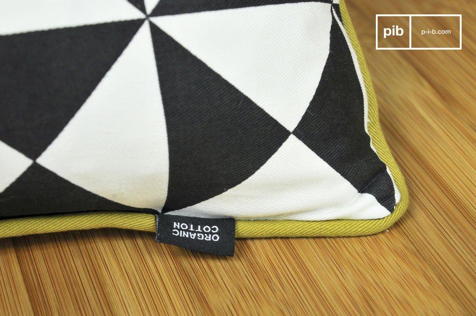 Un pequeño cojín hecho en su totalidad de algodón ecológico y diseñado con estampados