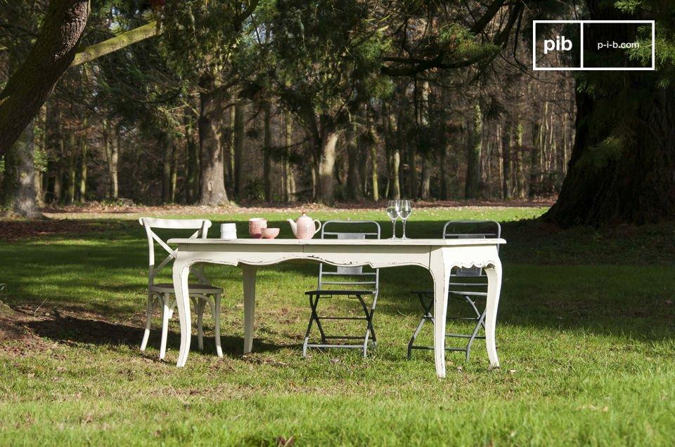 Una mesa romántica con la posibilidad de agrandarla para eventos importantes
