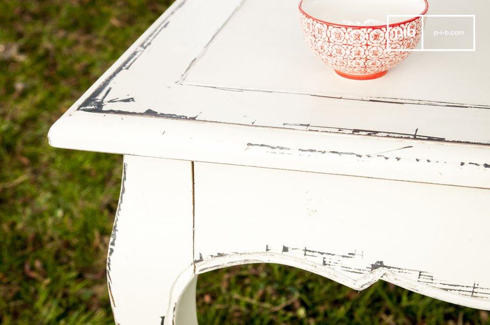 Esta mesa está hecha de madera de olmo, una madera muy noble