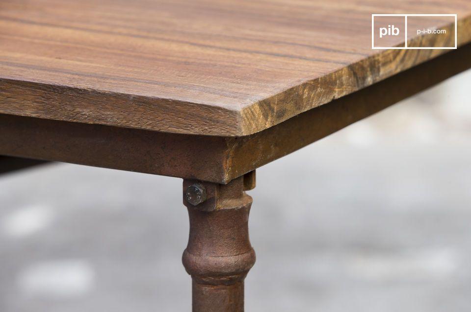Compuesta por una antigua bandeja de madera puesta en una estructura de acero