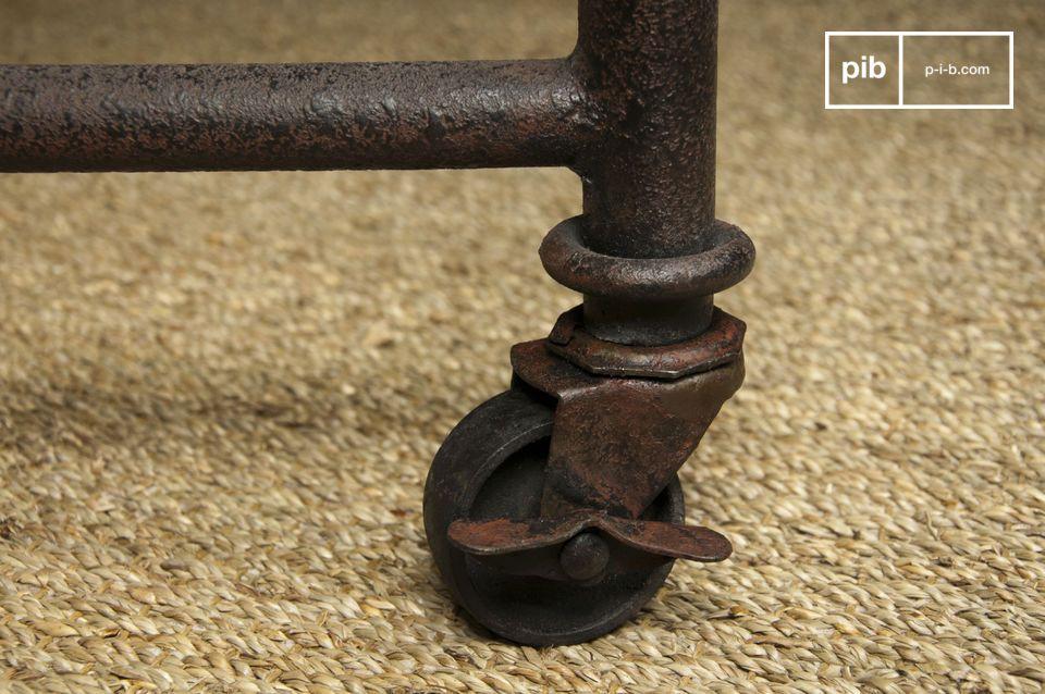 Esta mesa tiene una tapa de olmo macizo teñido montado sobre una estructura de acero