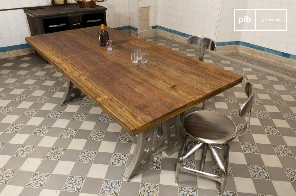 Mesa de acero y de madera recuperada.