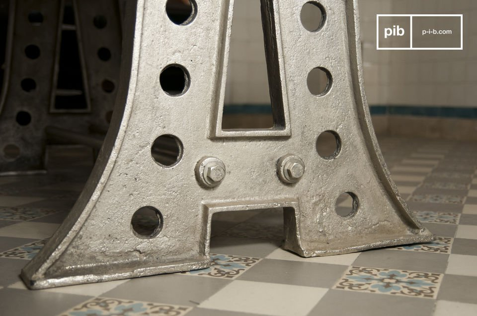 La mesa Normandía definitivamente parece una mesa de taller antiguo