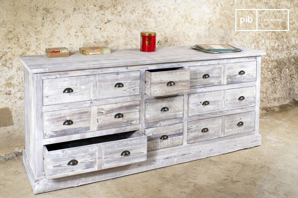 Esta pieza industrial combina el carácter de comodas de madera maciza con el metal para un mueble