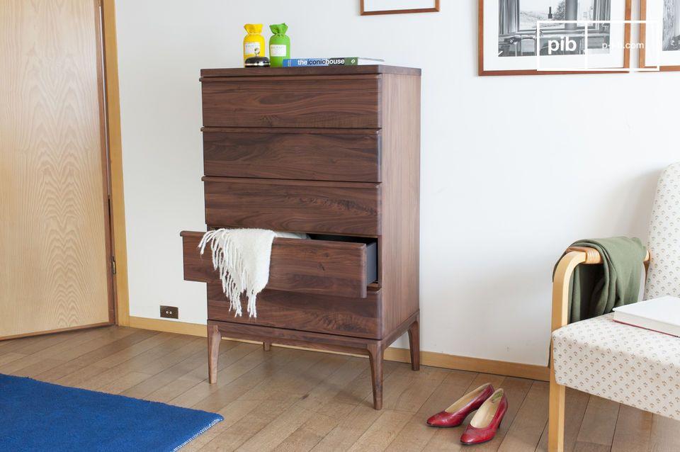 La nobleza del nogal se exalta en este mueble: la cómoda Hemët de cinco cajones está hecha de