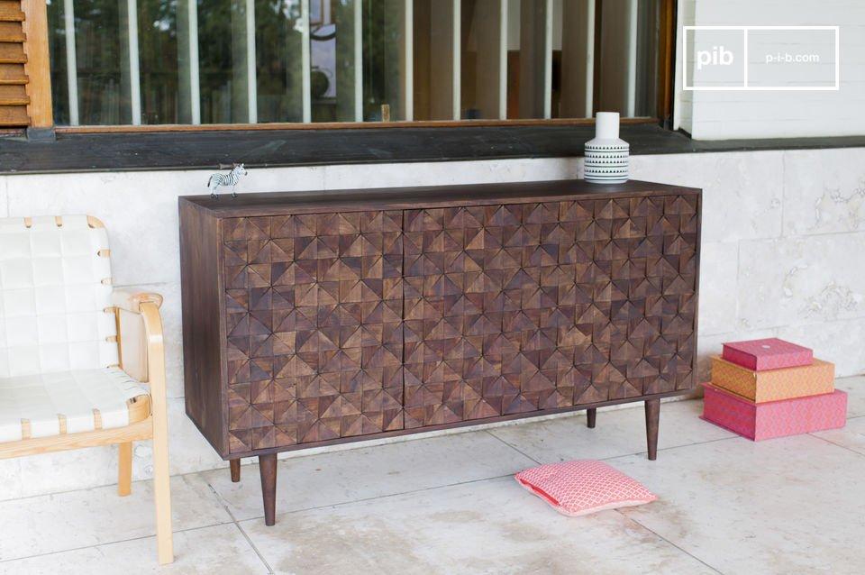 Con una fuerte combinación de madera oscura de la base y tres puertas con relieves geométricos