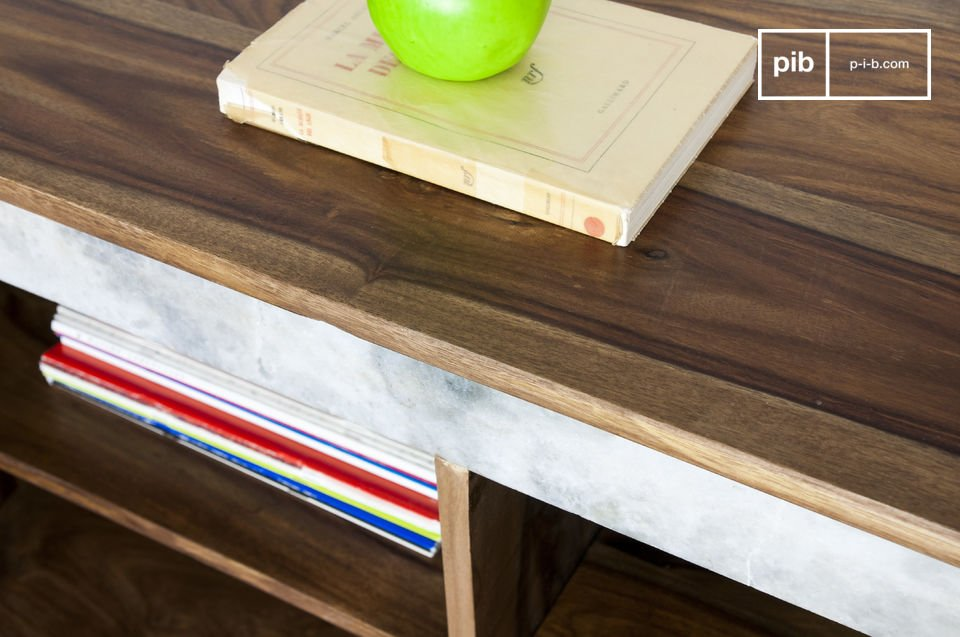 Combinando un marco de metal con finura y un toque de mármol blanco que contrasta con la madera