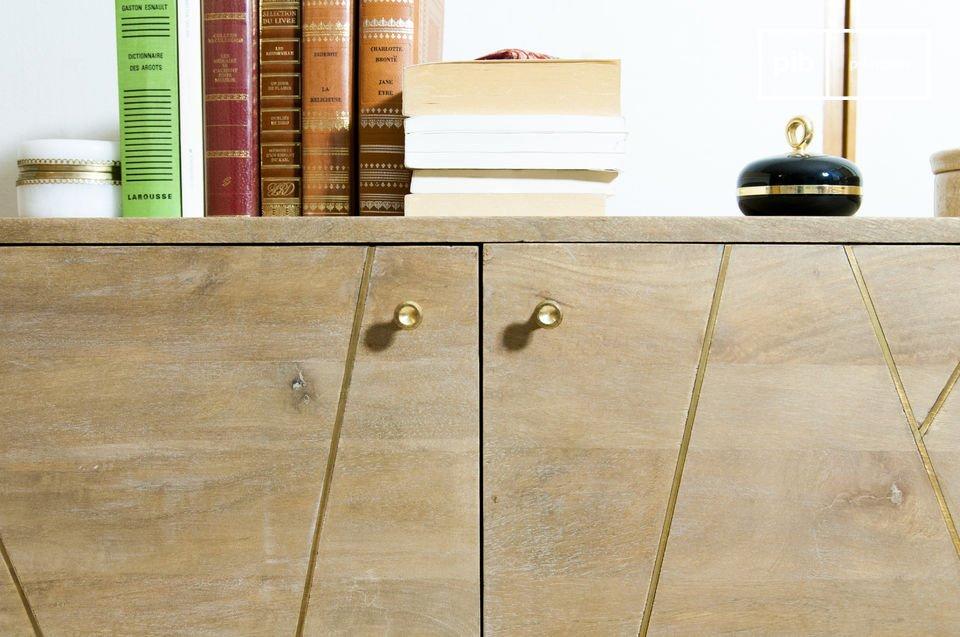 Esta cómoda tiene ciertos toques de oro que muestran toda su originalidad