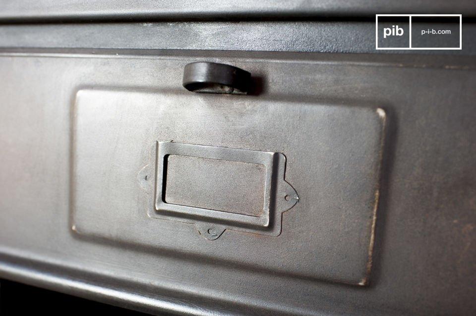 La cómoda de metal con 5 solapas es un mueble de almacenaje con todo el estilo retro industrial
