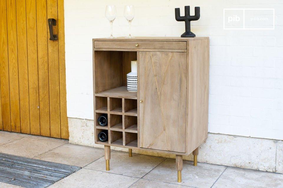 El mueble para botellas Messinki se caracteriza por un cierto tacto de oro que le da originalidad