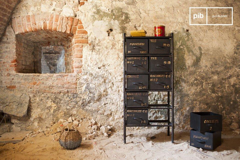 Este mueble de almacenaje se hace de acero robusto con un acabado de color gris oscuro