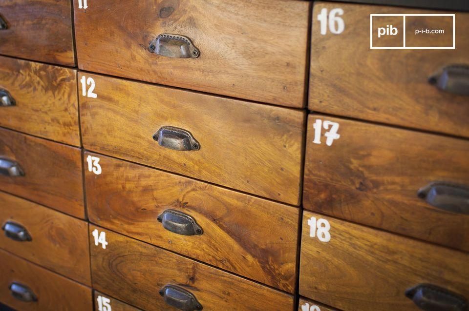 Con sus 20 cajones de madera maciza barnizados que ofrecen un hermoso contraste con el acero de su